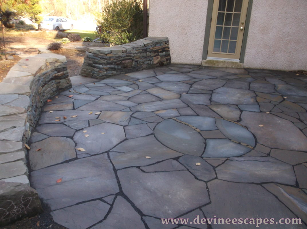 A great example for small flagstone patio designs, this scene features  interestingly placed stones to create a unique outdoor patio area perfect  for smaller ... - 21 Eye-Catching Flagstone Patio Design Ideas